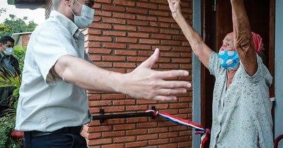 "La Nación / ""Eheja che cargo"": Abdo entregó casa a doña Aurelia, seis meses después de su promesa"