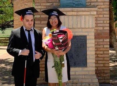 Dejó la comodidad del hogar para ayudar en la universidad a su hijo no vidente y ambos se recibieron de abogados