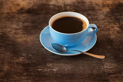 ¿A cuántas tazas de café equivale una lata de tu bebida energizante favorita?