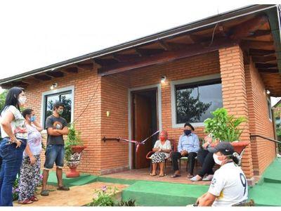 Abuelitos cumplieron el sueño de la casa propia en Guairá