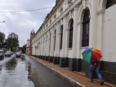 Viernes caluroso y con lluvias