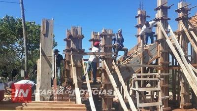 AVANZA CONSTRUCCIÓN DEL PÓRTICO DE BIENVENIDA EN SAN COSME Y DAMIÁN