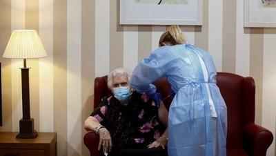 HOY / España empezará a vacunar contra el COVID-19 a mayores de 80 años