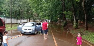 Lluvias e inundaciones castigan a conductores y pobladores de zonas bajas de Ciudad del Este