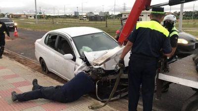 Conductora chocó contra transformador de la ANDE y costanera quedó sin luz