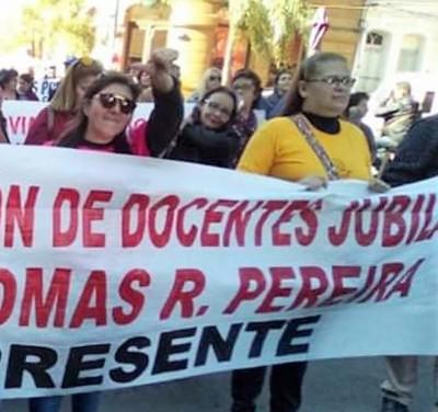 Eternos olvidados, docentes jubilados exigen equiparación de haberes pero Hacienda les ningunea
