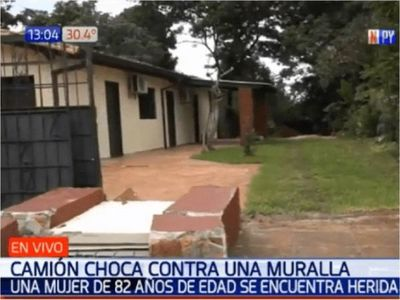 Camión mata a anciana tras derrumbar una muralla en Asunción