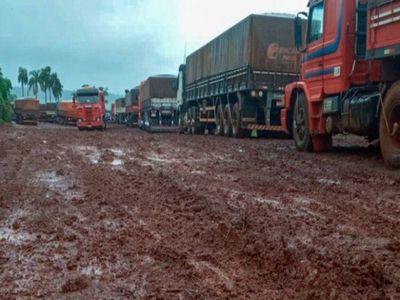 Casi 200 camiones están varados en Mbaracayú tras intensa lluvia