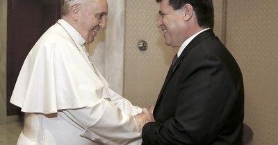 """La Nación / Papa Francisco a Horacio Cartes: """"Somos parte de una sola familia, navegando en una misma barca"""""""