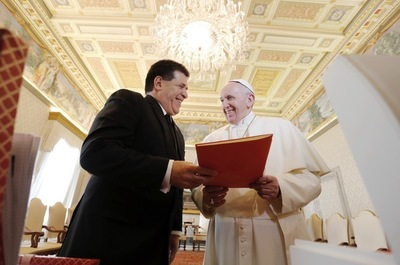 El papa responde carta de Cartes y pide seguir luchando por los valores