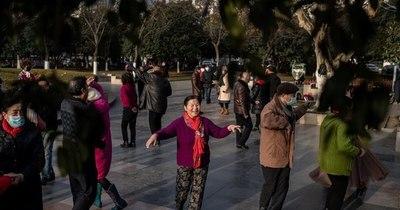 La Nación / Un año después del confinamiento en Wuhan, la pandemia arrecia en el mundo