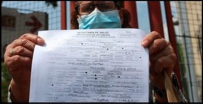 Detienen a 12 médicos por falsear actas de defunción relacionadas con COVID-19