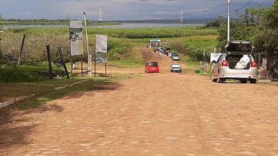 Fila de vehículos para ver al Jakare Yrupe