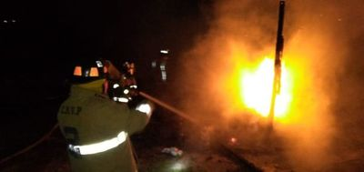 Incendio consumió tres precarias viviendas en  Zeballos Cué