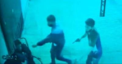 Motoasaltantes despojan a jóvenes de sus celulares y dejan dos heridos
