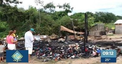 La Nación / Feroz incendio en RC4 Zeballos Cué arrasó con 13 viviendas y familias quedaron sin nada