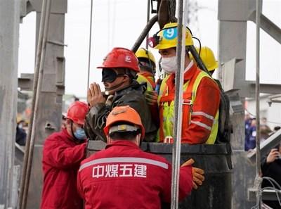 Rescatan a 11 de 22 trabajadores atrapados en mina en China