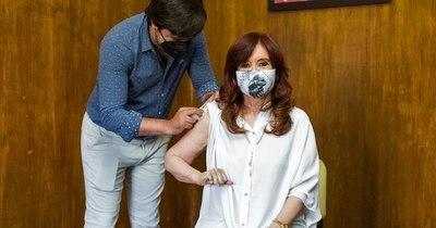 La Nación / Vicepresidenta argentina recibe vacuna Sputnik V contra COVID-19