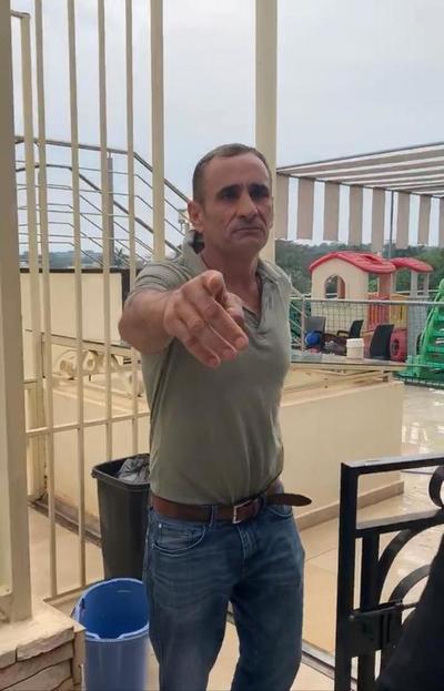Prepotente ciudadano español aterroriza y hostiga a los moradores de un edificio