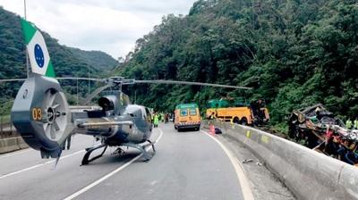Más de 20 pasajeros de bus de turismo mueren en accidente en Guaratuba
