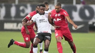 HOY / Corinthians pierde ante Bragantino y amenaza su cupo para la Libertadores