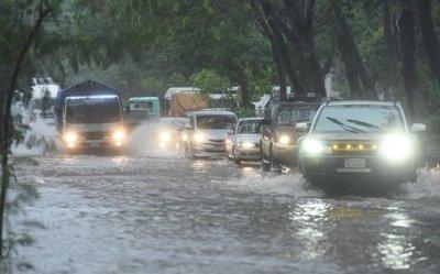 Conductores, a merced de raudales en días de lluvia y sin guía de PMT