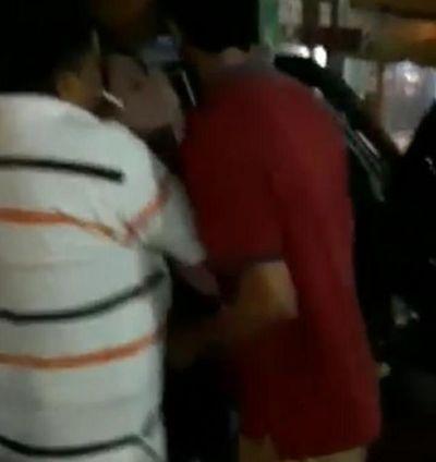 Viralizan video que muestra a dos hombres llevándose a la fuerza a una mujer