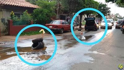 """""""Cráter"""" de la Essap destroza vehículos en Luque •"""