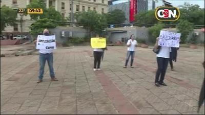 Academil: Padres de aspirantes se manifiestan en la Plaza de la Democracia