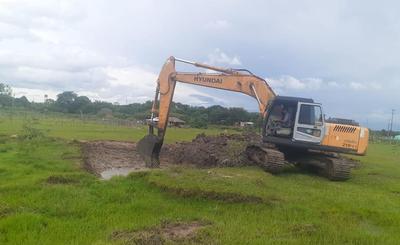 Caazapá: Realizan excavación de tajamares comunitarios