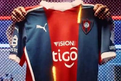 Oficial: Publican imágenes de la nueva camiseta de Cerro Porteño