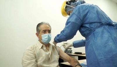 HOY / Piden la renuncia del ministro de Salud de Ecuador por vacunar primero a sus familiares