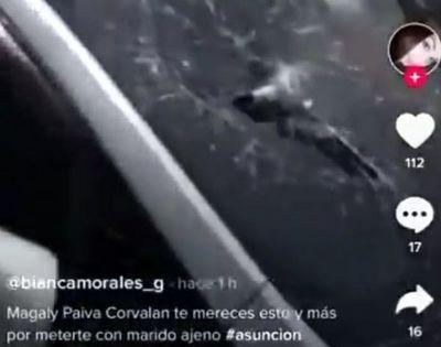 """(Video). Esposa engañada por su marido rompió parabrisas del auto de su cuerno: """"Por meterte con marido ajeno"""", le gritó"""