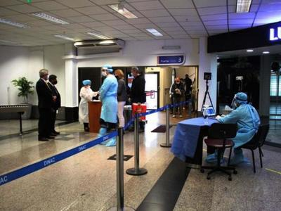 Multan a 500  viajeros por no presentar test Covid-19