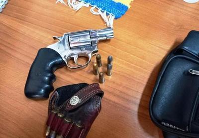 Conductor fue detenido tras amenazar a policías con un arma de fuego