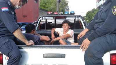 Detienen a dos marginales que robaron a pasajeros de ómnibus a punta de machete