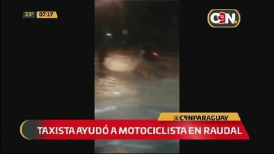 Taxista ayudó a una motociclista que quedó atrapado por el raudal