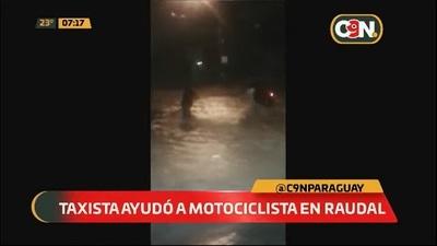 Taxista salva a una motociclista de ser arrastrada por raudal