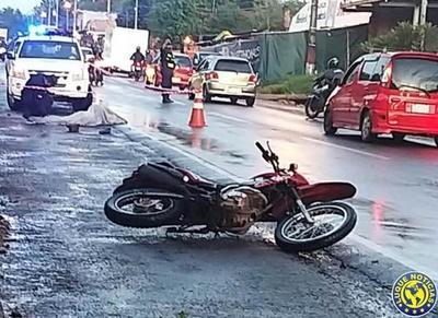 Joven motoqueiro muere tras ser atropellado por dos vehículos •