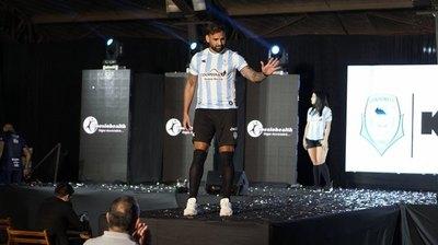 Guaireña presenta su nueva indumentaria y al argentino Facundo Parra