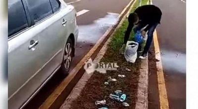 Conductor es obligado a recoger su basura por agentes linces en Salto del Guairá.