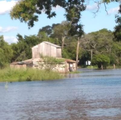 Rio Aquidabán inunda a familias de Paso Horqueta