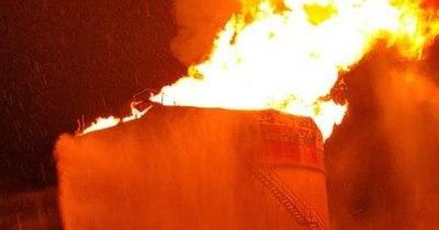 La Nación / Incendio de gran magnitud afectó a planta central de Petropar y evacuaron a familias de la zona