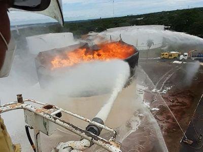 """Bomberos """"atacan con todo"""" y logran extinguir  las llamas del tanque de Petropar"""