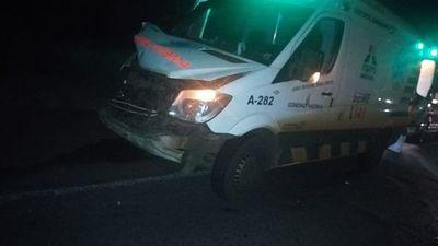 Ambulancia choca contra motocarro y paciente de COVID fallece