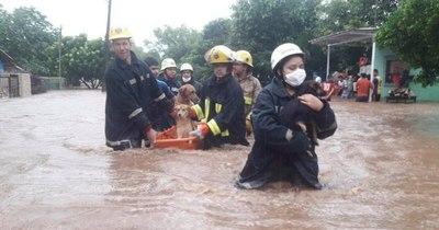 La Nación / Evacuan a 300 familias con viviendas inundadas por temporal en Caacupé