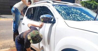 La Nación / Ejemplo de superación: jóvenes ofrecen lavado de vehículos a domicilio con miras a la universidad