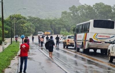 Lluvias desatan caos en Yaguarón con desborde de arroyo e inundaciones