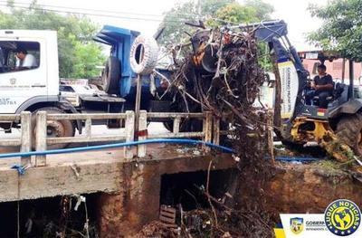 Puente de Bella Vista colmatado de basura •