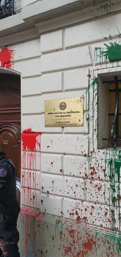 Atacan embajada paraguaya en Argentina